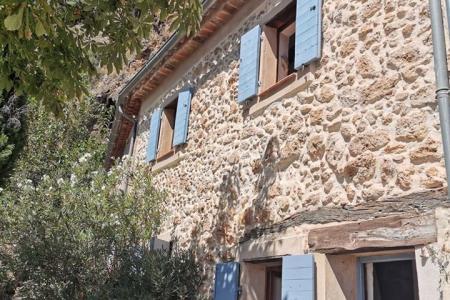 COTIGNAC maison de village troglodythe