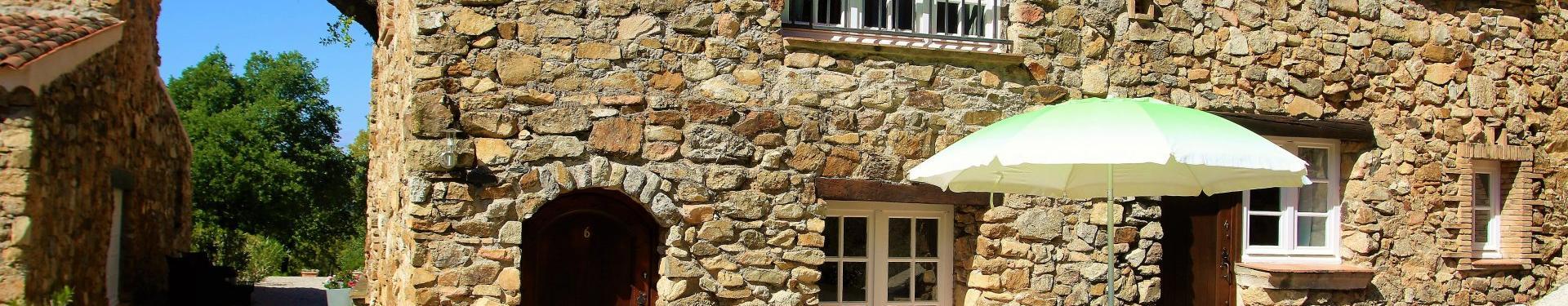 Plan de la Tour - UNIQUE! Dans un joli hameau, petite maison avec 1 chambre et terrasse.
