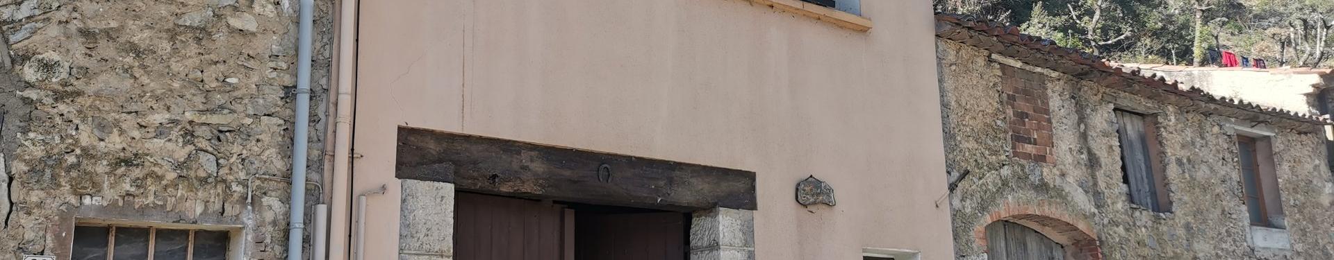 ENTRECASTEAUX, Maison de village à rénover avec un grand garage de 60 m²