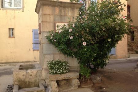 LORGUES,  joli maison de village avec terrasse