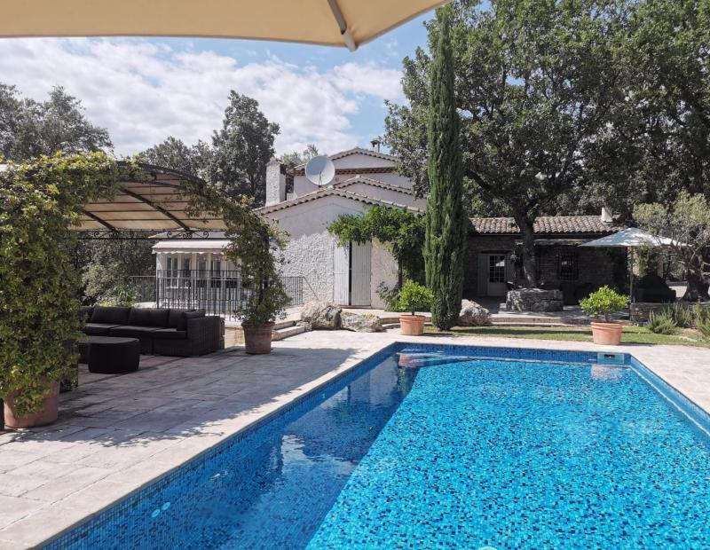 LORGUES stone property with tennis and pool